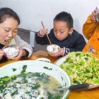 天冷了,媳妇摘青菜煮瘦肉汤,喝上一碗热热的汤真不错 #我要上热门##美食##农村#