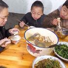炖一锅鸡汤,女儿手拿大鸡腿,一口一口吃得真香 #我要上热门##美食##农村#