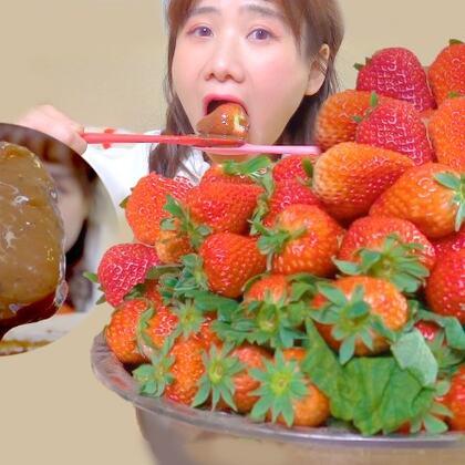 今日是暗黑風的草莓吃法,治愈系草莓下次見!春天就是要杠草莓!#密子君##美食##吃秀#