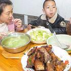 一盤糖醋帶魚上桌,婆婆忙著教孩子怎么吃魚,太有心了 #我要上熱門##美食##農村#