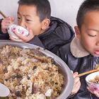 大鍋燜芋頭咸飯,農村的地道美食,看得我這個饞啊 #我要上熱門##美食##農村#