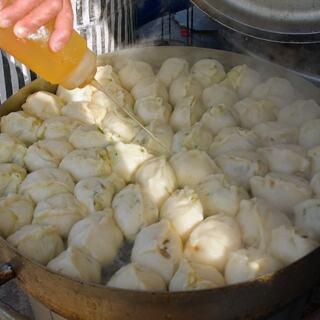 山东夫妇做煎包25年,1块钱一个半天卖30锅,忙活半辈子养活仨孩子!#济南美食##美食侦探##吃货#