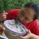 胖妹跑菜园摘了啥菜?倒入滚烫的开水里,秒变美食,给肉都不换#农村生活##美食#