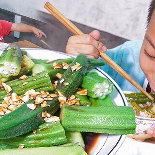 秋葵怎么做好吃呢,这样煮一盘,看起来还可以 #我要上热门##美食##农村#