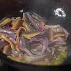 提前將鱔魚炒香入味再炒辣椒這樣炒出來味道層次分明非常下飯下酒#黃掌勺##美食##爆炒鱔魚#