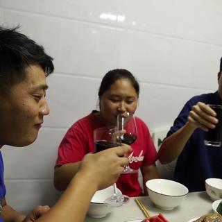 胖妹去二表哥家蹭饭,喝着红酒,品尝着大闸蟹,逍遥快活真自在#美食##吃秀##美食教程#