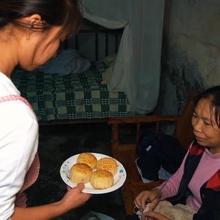 中秋节来临,桃子姐在家自制月饼,原本打算中秋节再吃,被包立春偷吃,一人吃得美滋滋#美食故事##农村生活##美食教程#