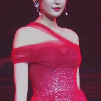 #古力娜扎 身着红色礼服裙,五官精致搭配身上耀眼的珠宝,高贵又性感,气质十足~
