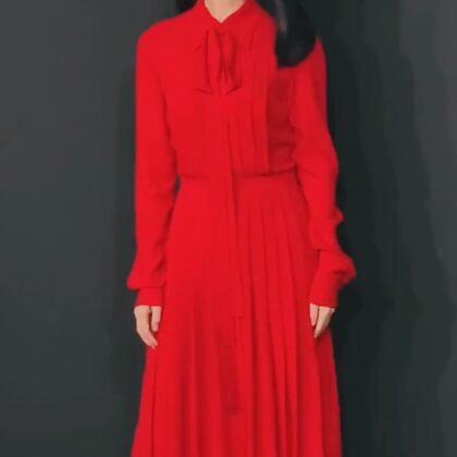高圆圆穿红色衬衫式连衣裙,搭配高跟鞋气质优雅,唇红肤白气质好超有女神范 
