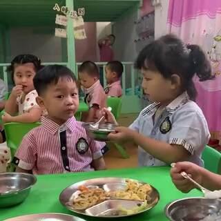 #幼兒園里歡樂多# 有點歡樂,居然還會喂其他小朋友吃飯