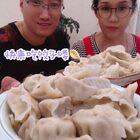 #吃秀##美拍小助手##美食#和面机太实用啦😎和出的面柔软又筋道👍那边自己和面😄这边咱就调馅儿啦💁♀️其次咔嚓一会儿大饺子完成了🥟太香啦👍