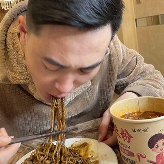 每天求你让你给整吃的,我也实在不想看他吃馒头一咽一伸脖的样子😂,酸辣粉16-18号活动比正常每单便宜5元哦👇明天米线土豆粉冷面到货#热门##美食#