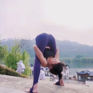 瑜伽深度前屈 1 2 3 走,给自己一个大大的拥抱!#瑜伽前屈##瑜伽##运动#