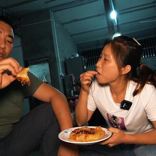 桃子姐第一次买榴莲,尝试做一盘榴莲芝士饼,皮脆馅浓,真解馋#美食故事##美食教程##农村生活#