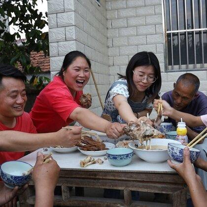娘家忙插秧,胖妹却没帮上忙,连忙做8个拿手菜,祖孙3代吃过瘾#美食##胖妹##吃货#
