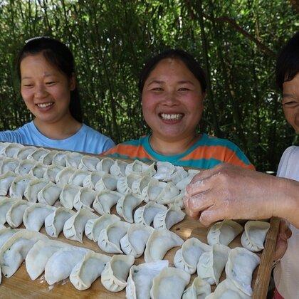8岁女儿嘴馋饺子,胖妹立马安排,鲜嫩多汁,老妈边吃边夸笑哈哈#美食##胖妹##吃货#