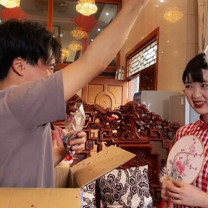 小七四川话版情深深雨蒙蒙,这身装扮还挺应景,演出了喜剧的感觉