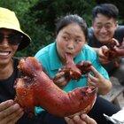 胖妹150买3只猪蹄,先卤后烤,朋友上手直接啃,吃起来那叫一个香#美食##胖妹##乡村生活#