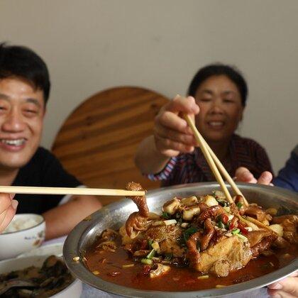 胖妹下地笼,收获满满3斤河鲜,回家做份肥肠鱼,又香又辣吃过瘾#美食##胖妹##吃货#