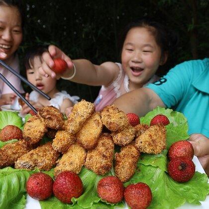 天气热孩子不想吃饭?胖妹做了啥美食?汤鲜味美,2个孩子抢着吃