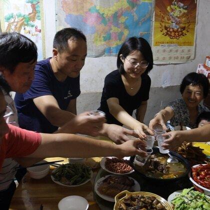 胖妹家今天真热闹,婆媳俩联手整12个拿手菜,众人边吃边聊笑呵呵