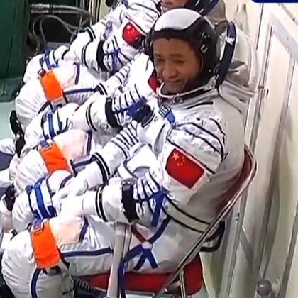 #神舟十二号发射升空#当进舱前的航天员发现了摄像头…