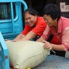 秋收稻香飘满园,胖妹婆媳忙半天,打稻谷肚子饿,吃碗米粉笑呵呵