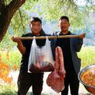 老板免费送副牛肺子,兄弟俩做牛肺火锅吃,第一次做你看怎么样?