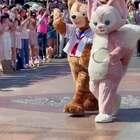 让我们欢迎达菲的新朋友玲娜贝儿登场!这只粉色的小狐狸太可爱了!
